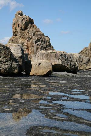 岩のふもと